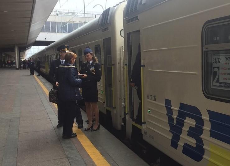 Укрзалізниця прекращает продажу билетов в населенных пунктах красной зоны –  ZARAZ.INFO