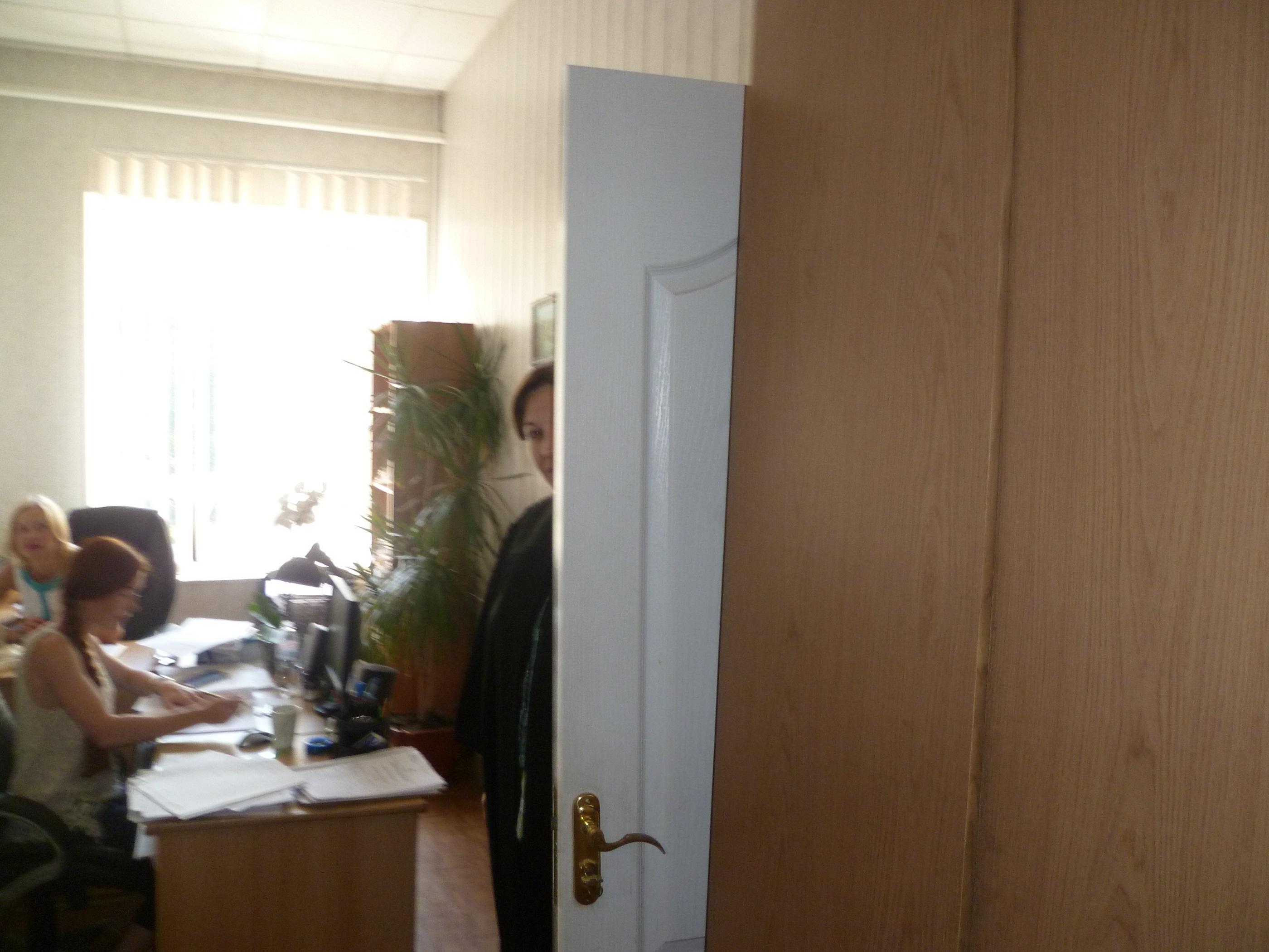 Судья Лобарчук прячется за дверью